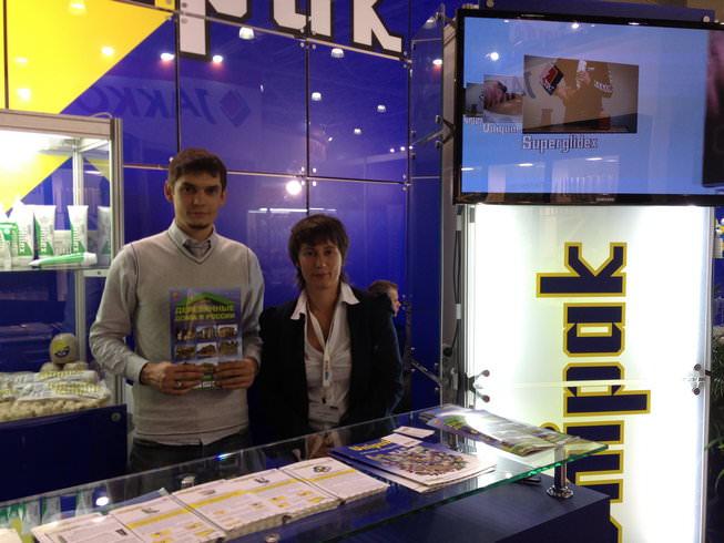 Представитель DDVR.ru (слева) и генеральный директор UNIPAK RUS (справа)